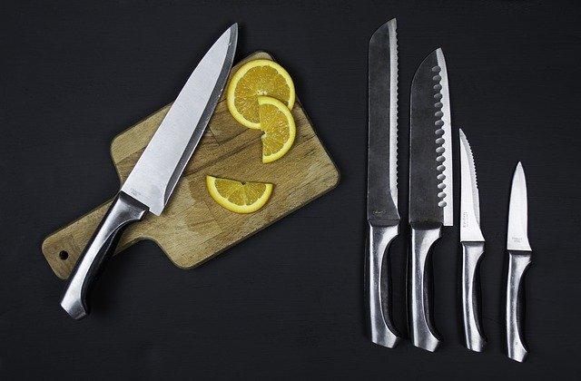 nože a prkénko