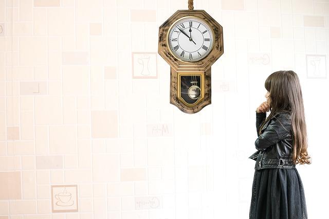 dívka a hodiny