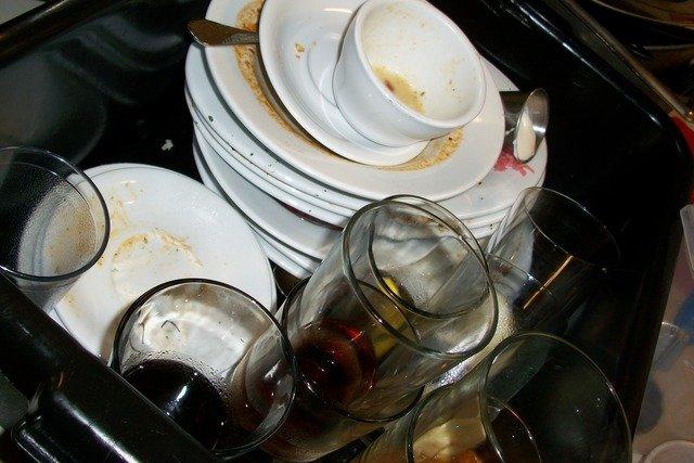 nádobí ve dřezu