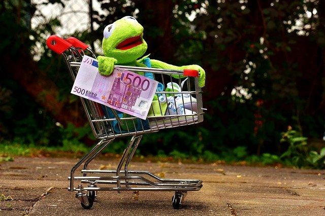 žába v nákupním košíku, bankovka 500 euro